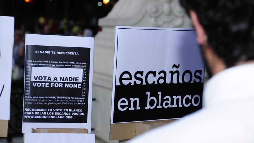 Un votante observa los carteles de la formación Escaños en Blanco en las pasadas elecciones autonómicas vascas del 2012.