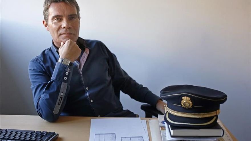 El inspector Rafael Jiménez reivindica el Raval en su novela sobre yihadismo