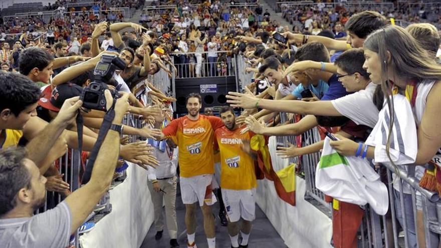 Los jugadores de la selección española de Baloncesto Pau Gasol y Felipe Reyes  saltan a la cancha antes de disputar el tercer encuentro amistoso ante Turquía.  EFE/ MIGUEL ANGEL MOLINA