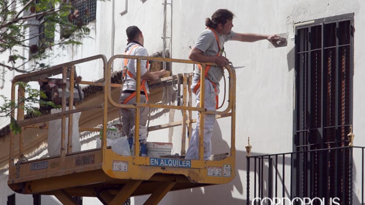 Dos pintores en una calle de Córdoba