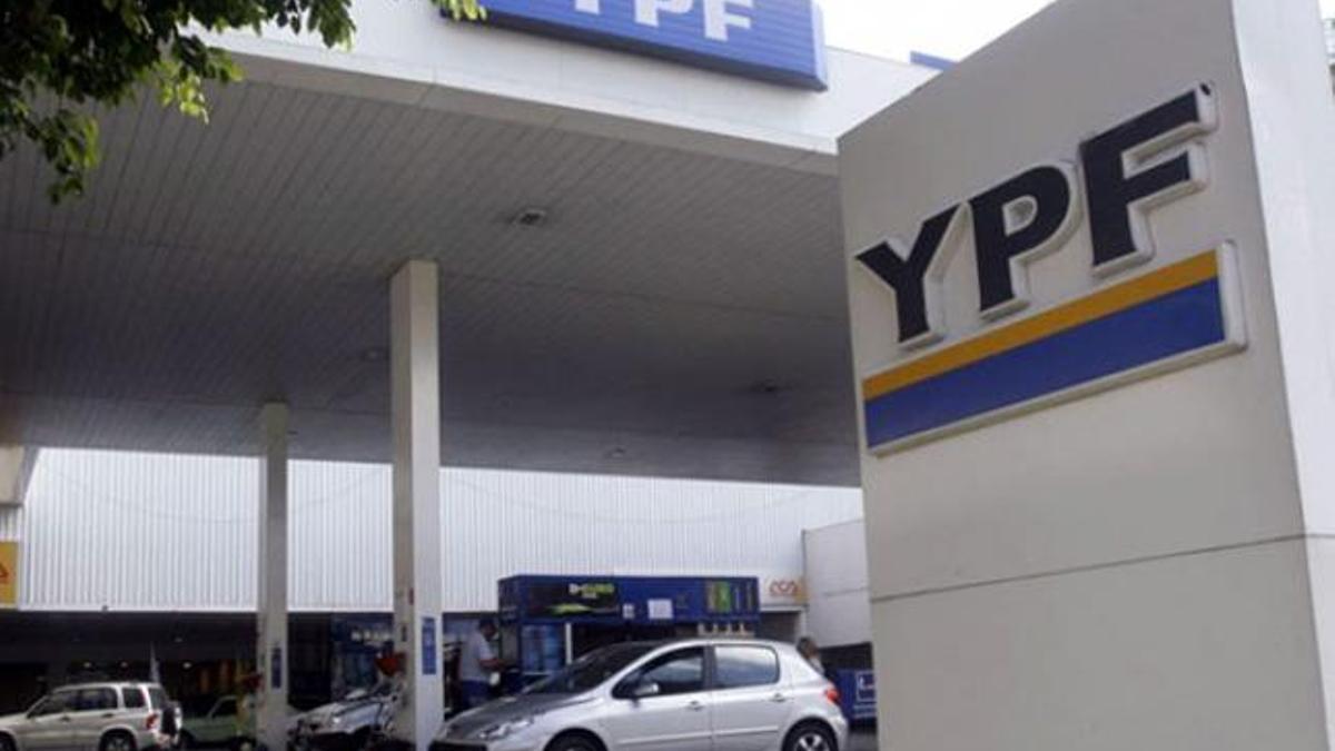 A BlackRock le interesa qué sucederá con los precios de los combustibles de YPF.