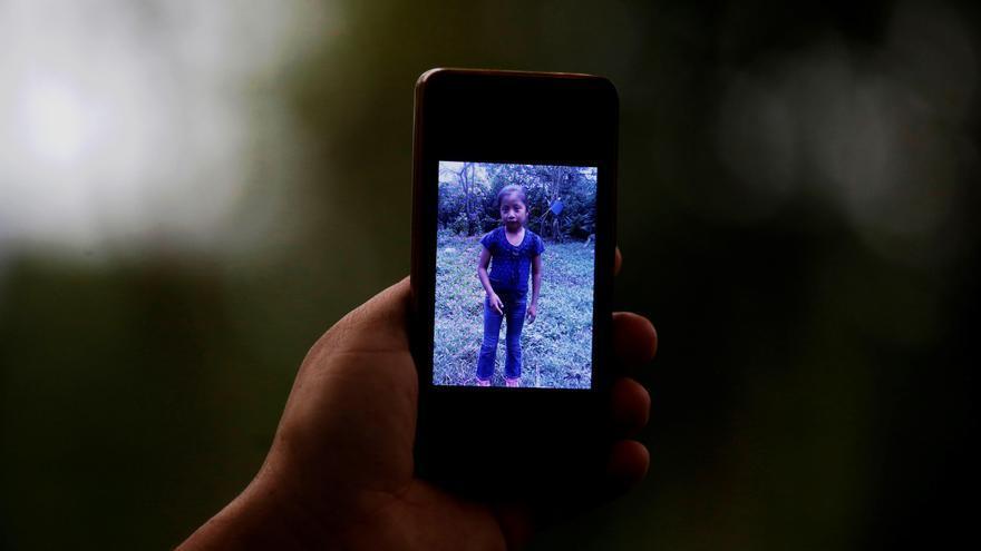 Un familiar de Jakelin una niña de 7 años quien murió la semana pasada en la frontera de EE.UU. muestra una fotografía de la niña en San Antonio Secortez, municipio de Raxruhá en Guatemala. Refundida en un camino de tierra y lodo al norte de Guatemala, en un caserío llamado San Antonio Secortez, la familia Caal Maquín lamenta con una profunda tristeza la muerte de Jakelin Amei Rosmery, la niña de 7 años que murió en la custodia de la Patrulla Fronteriza de EEUU.