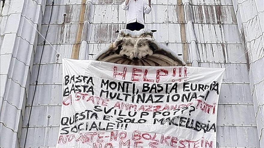 Baja de la cúpula vaticana el hombre que se encaramó en ella para protestar