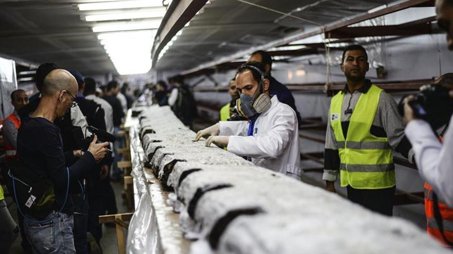 Egipto abre un laboratorio a pie de las pirámides para restaurar una barca solar