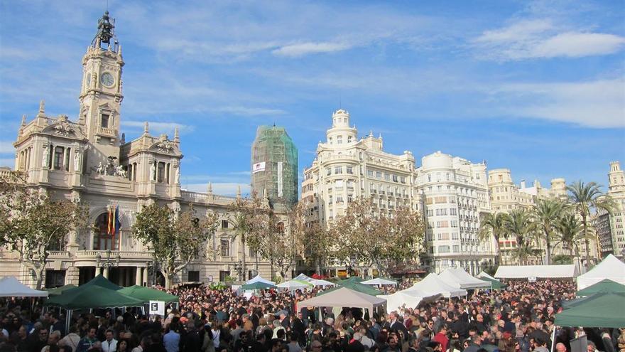 La plaza del Ayuntamiento llena con la iniciativa de mercado ecológico acontecida hace unos meses
