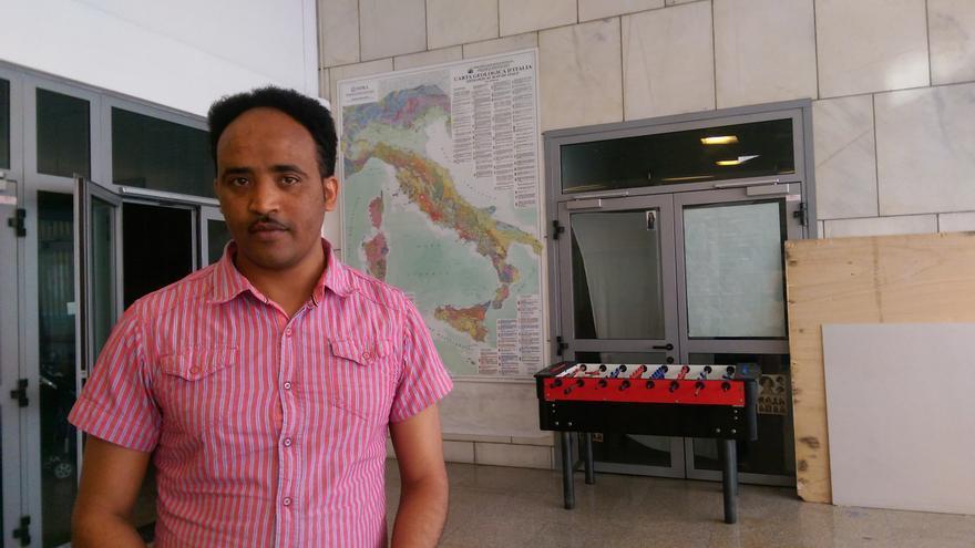 Simon Rezene en las instalaciones del centro italiano ocupado en el que vive con otros refugiados