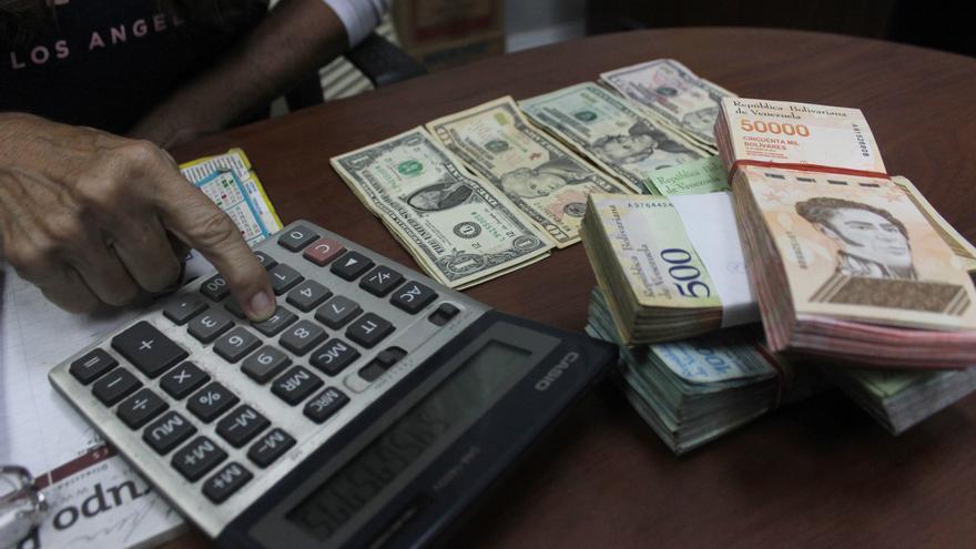 La moneda venezolana se devalúa 14,75 % frente al dólar en una semana