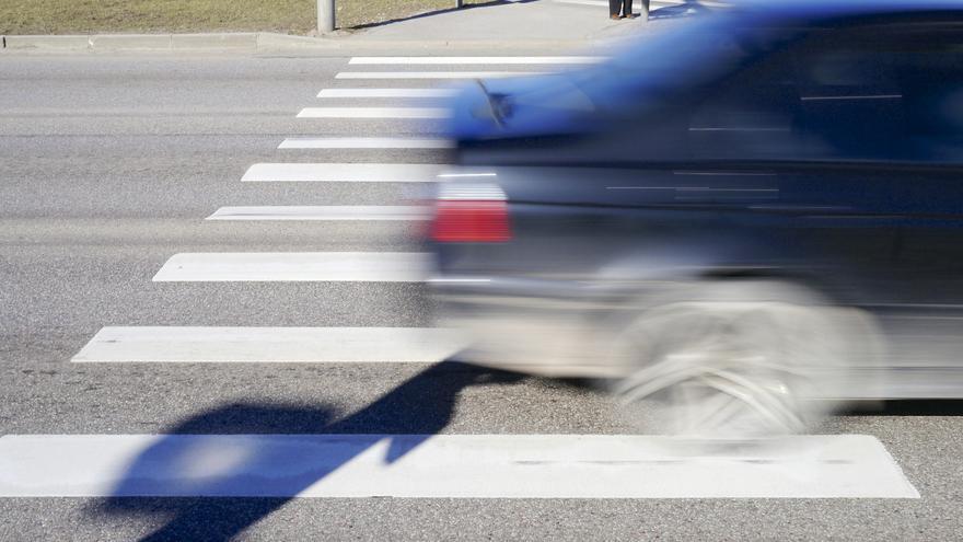 Un automóvil cruzando un paso de peatones.