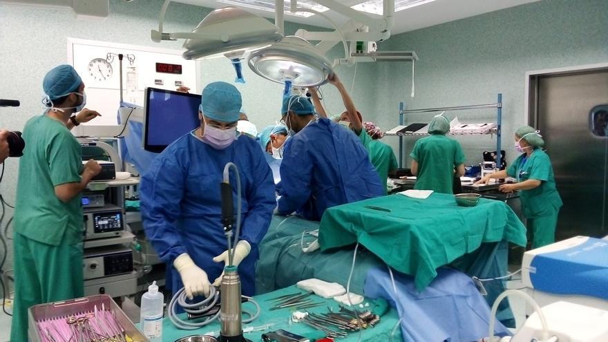 Un momento de la intervención realizada este lunes en el Hospital Miguel Servet