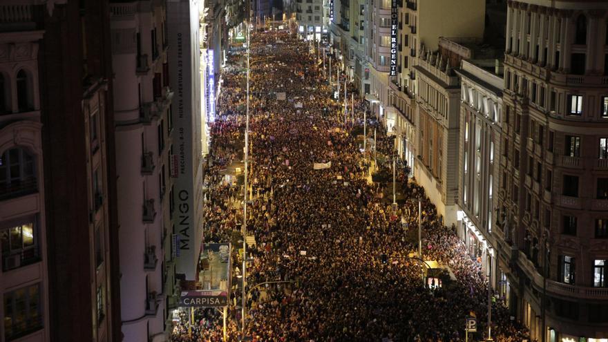 La Gran Vía, totalmente tomada por la marea feminista este 8 de marzo.