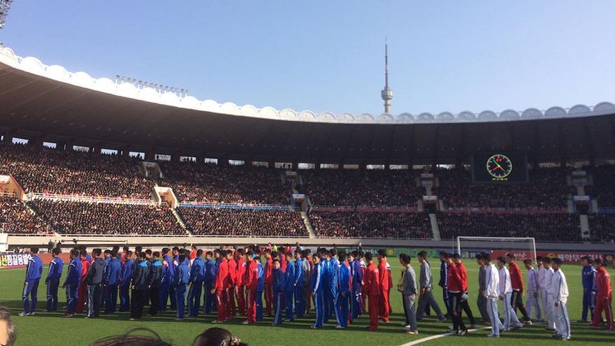 Atletas coreanos frente a miles de asistentes. (CA).