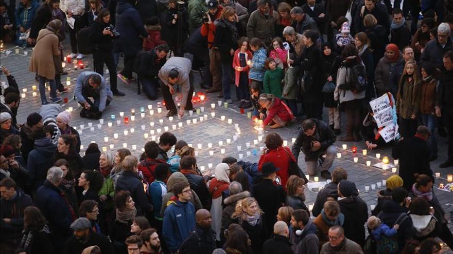 2.500 personas homenajean en Molenbeek a las víctimas de atentados de París