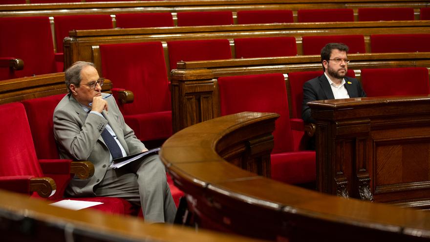 El vicepresidente del Govern y conseller de Economía y Hacienda, Pere Aragonès (d), y el presidente de la Generalitat, Quim Torra, durante una sesión plenaria, en el Parlamento catalán, en la que se debate la gestión de la crisis sanitaria del COVID-19 y