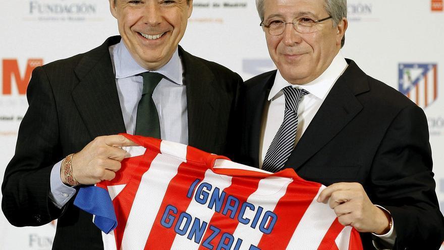 El presidente de la Comunidad de Madrid, Ignacio González (i), y el presidente del Atlético de Madrid, Enrique Cerezo (d) / EFE