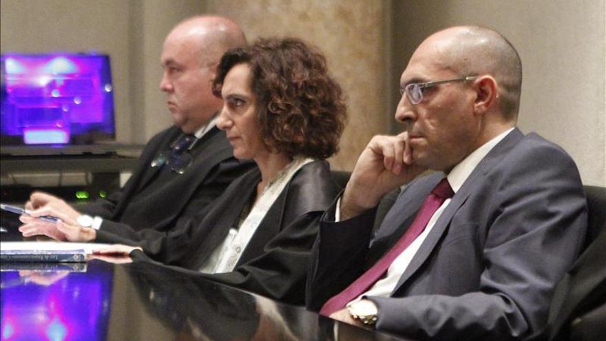 El juez Silva en un momento del juicio junto a sus abogados