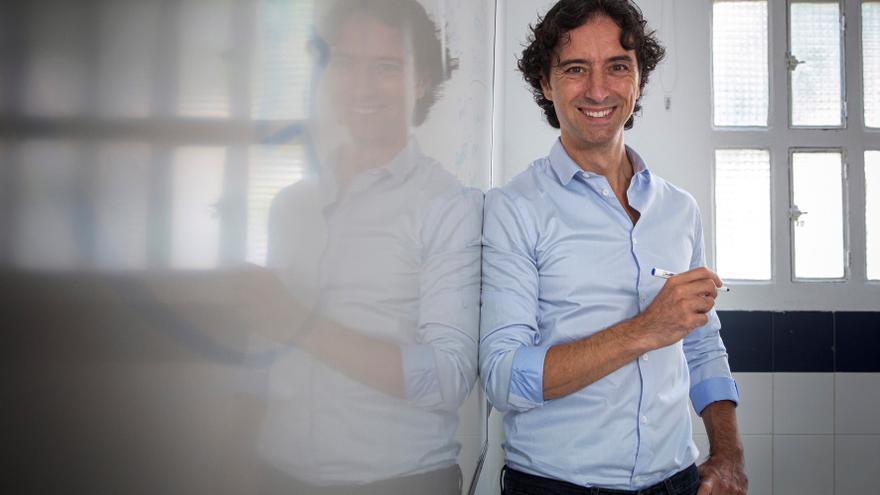 Andrés Pascual: Dejarse llevar por un libro, lo mejor para sobrevivir al covid