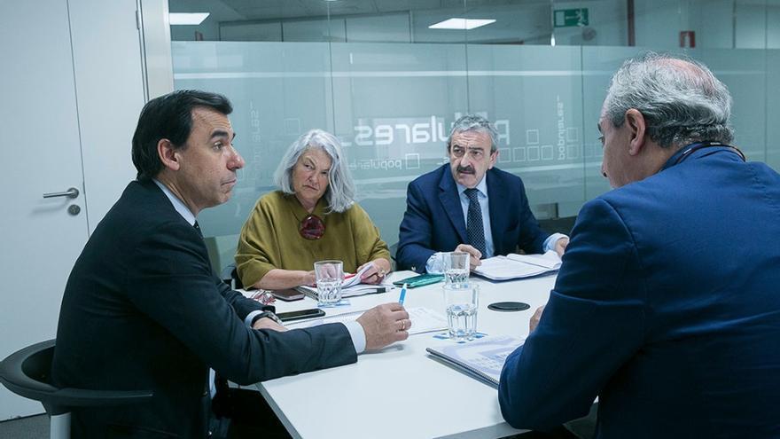 El coordinador general del PP, Fernando Martínez Maillo, en una reunión con Andrés Ayala y Beatriz Rodríguez Salmones, también integrante de la Oficina del Cargo Popular