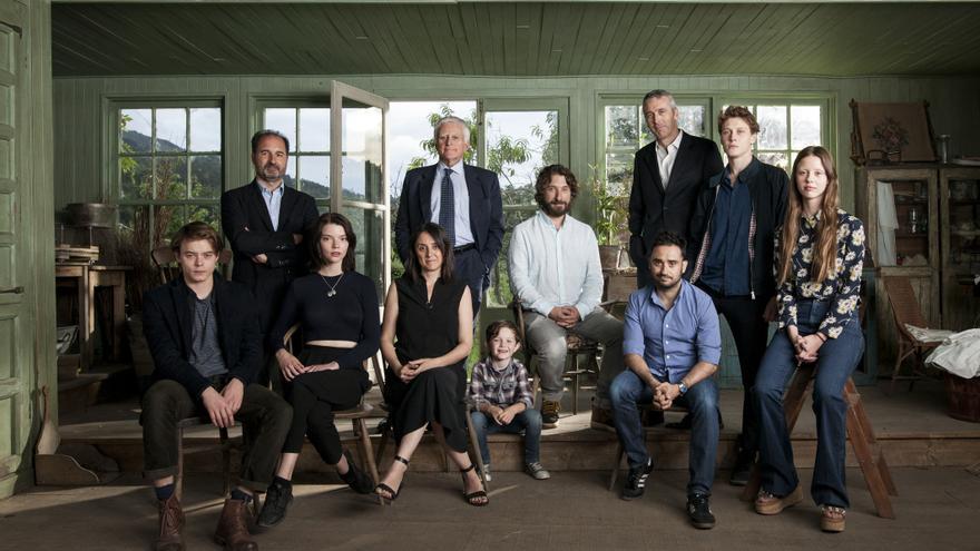 Posado oficial del equipo de la película 'Marrowbone' durante el rodaje en Asturias