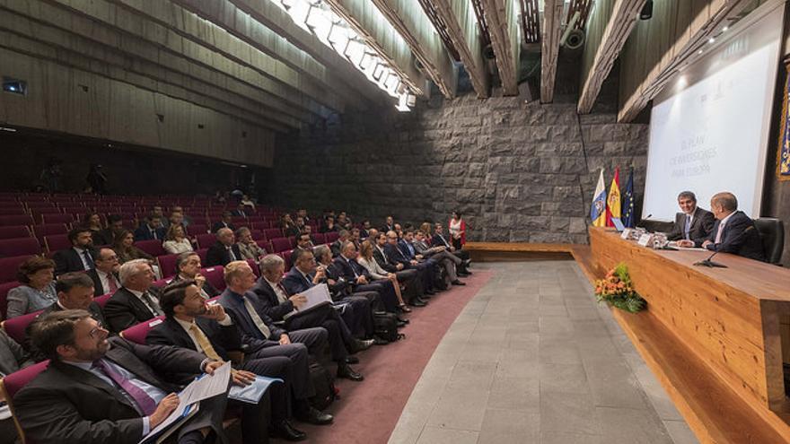 El presidente del Gobierno de Canarias, Fernando Clavijo, junto con el consejero de Economía, Industria, Comercio y Conocimiento, Pedro Ortega, en la inauguración de la Jornada sobre el Plan de Inversiones para Europa