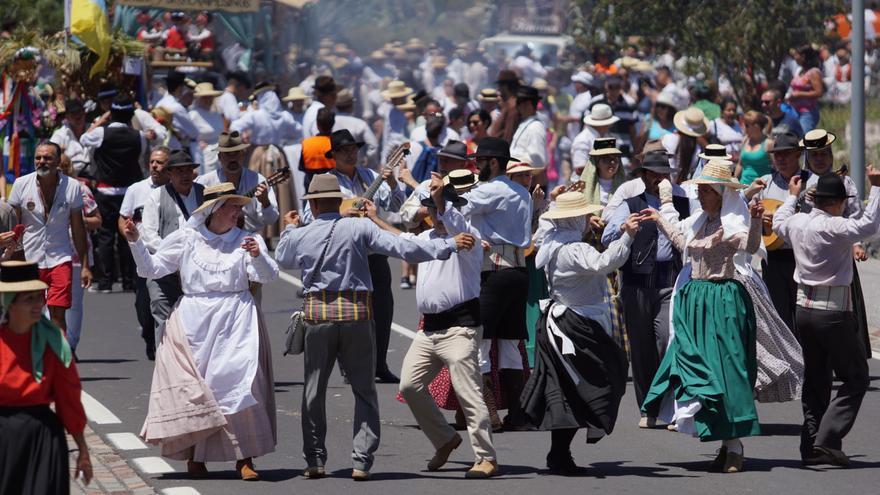 Romeros bailan durante el recorrido de la fiesta de Valle San Lorenzo