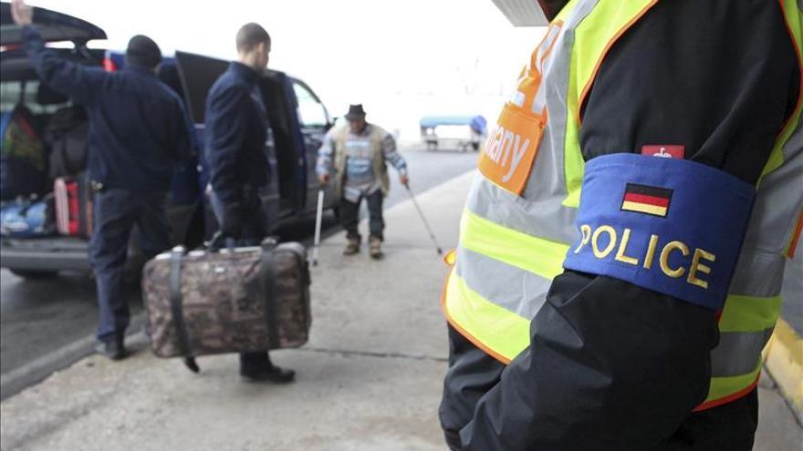 Alemania revisará cada petición de asilo siria y devolverá refugiados afganos