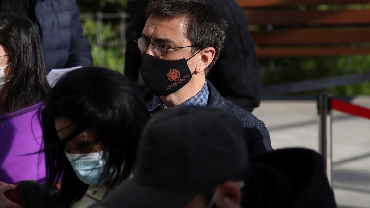 Juan Carlos Monedero, uno de los fundadores de Podemos a su llegada este lunes a los juzgados de la Plaza Castilla en Madrid.