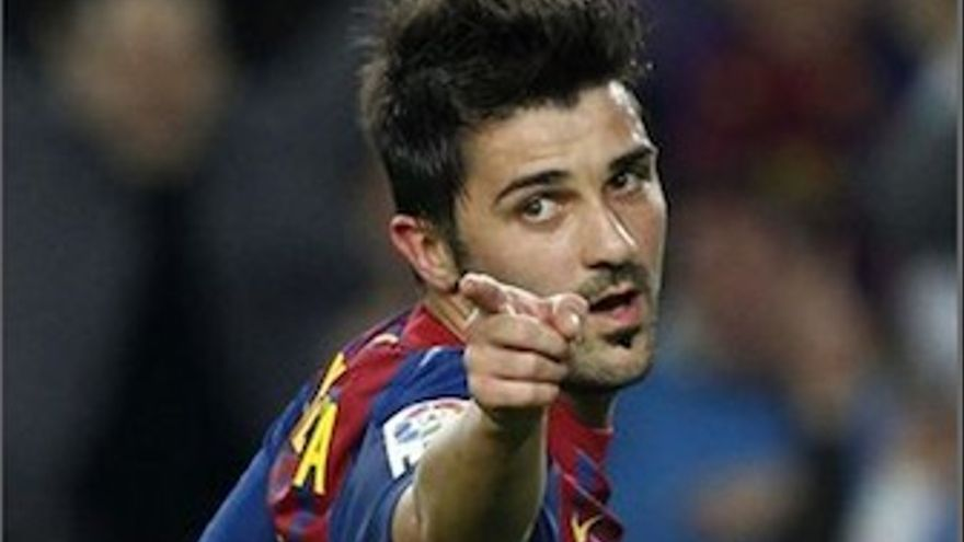 Villa busca a Alves, tras asistirle en su gol. (Europa Press)