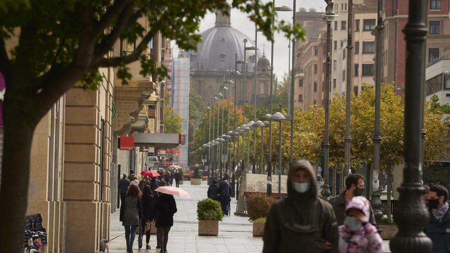Archivo - Transeúntes pasean por una calle de Pamplona