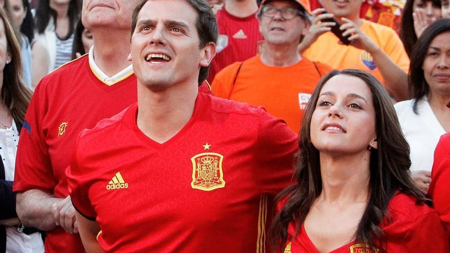 Albert Rivera e Inés Arrimadas animan a La Roja. (EFE).