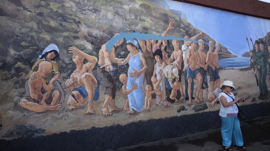 Una gran mancha de color azul tapa la cara de los trabajadores y trabajadoras represaliados en Sardina del Norte. Alejandro Ramos