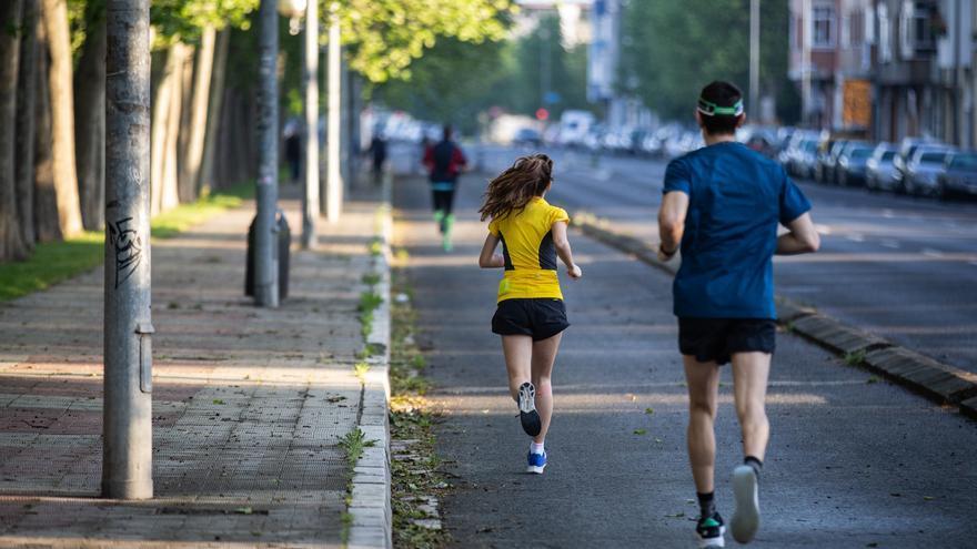 Un hombre y una mujer corren en el primer día en el que se permite salir a la calle en ciertas franjas horarias a hacer deporte, en Álava (Vitoria/País Vasco/España) a 2 de mayo de 2020.   Foto: Iñaki Berasaluce / Europa Press
