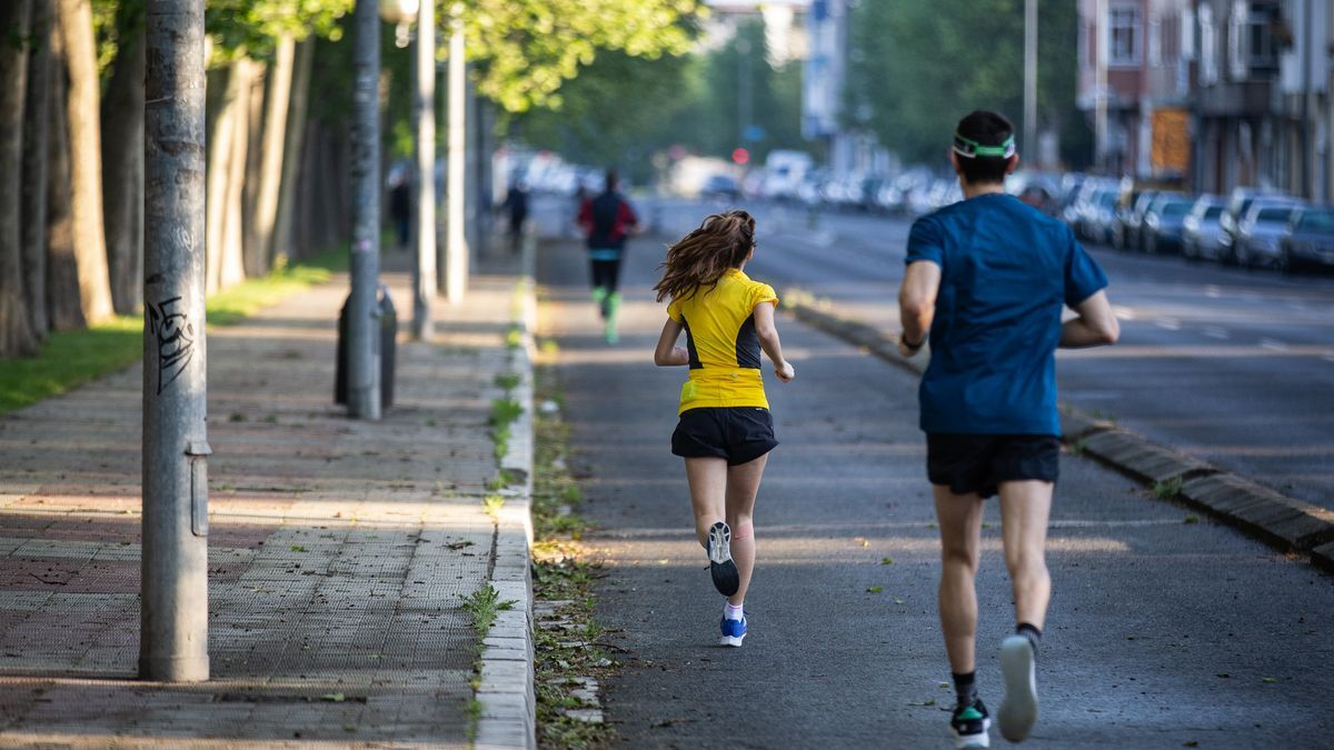 Dos personas practican deporte en Vitoria