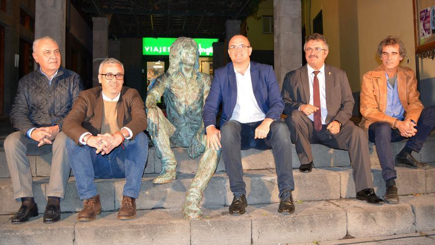 Un momento del acto inaugural de la escultura de Félix Francisco Casanova.