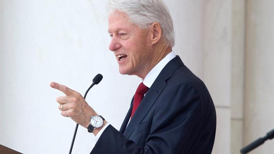 Bill Clinton: Los más sanos piensan que la batalla contra el sida ha terminado