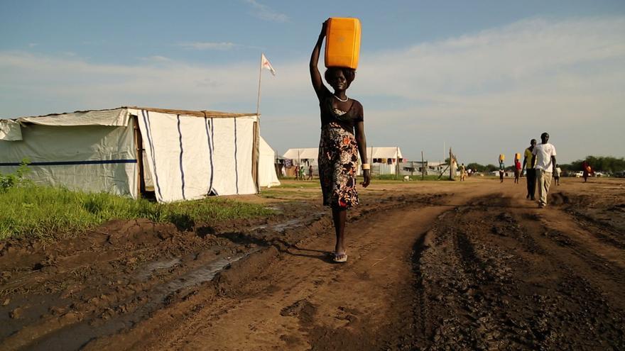 Decenas de pozos construidos por ONG's filtran el liquido que mujeres y niños se encargan de depositar en improvisados cubos/ Foto: R. H.