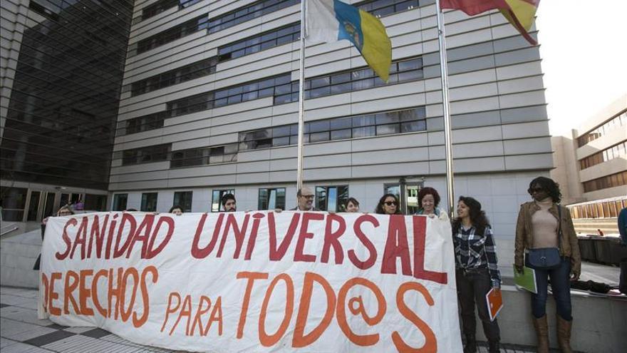 Una concentración ante la Consejería de Sanidad del Gobierno de Canarias denuncia la situación de los inmigrantes en España a los que se les niega el acceso a la sanidad gratuita / EFE