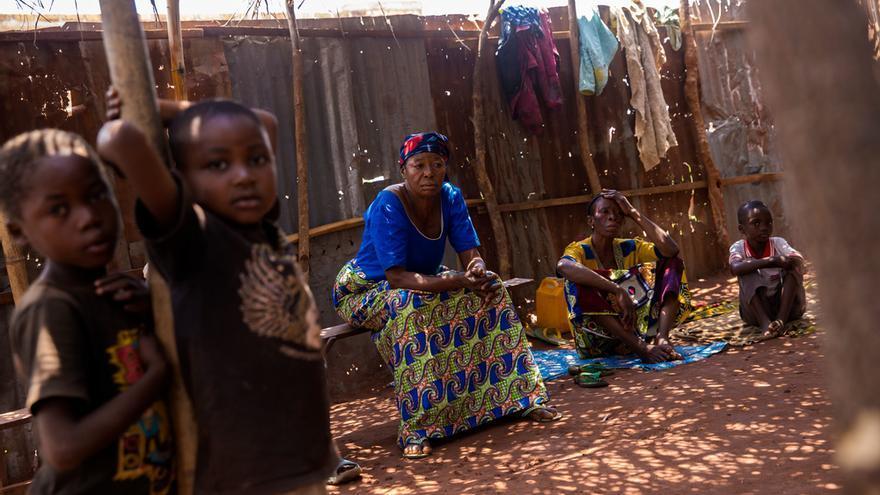 """Bulu Kuetem (69 años) vive con sus cuatro hijos y tres nietos en una iglesia en Tshikapa. Su esposo huyó tras recibir un disparo en su pueblo, una localidad cerca de Kamonia. Pese a que la violencia ha ido a menos, teme regresar. Además, antes de que comenzara la violencia, se dedicaba al cultivo. Ahora no hay nada que cultivar. """"No sé cuál es la solución para la crisis. Bastante tengo con encontrar comida todos los días y asegurarme el refugio"""", afirma. © Marta Sosynska / MSF"""