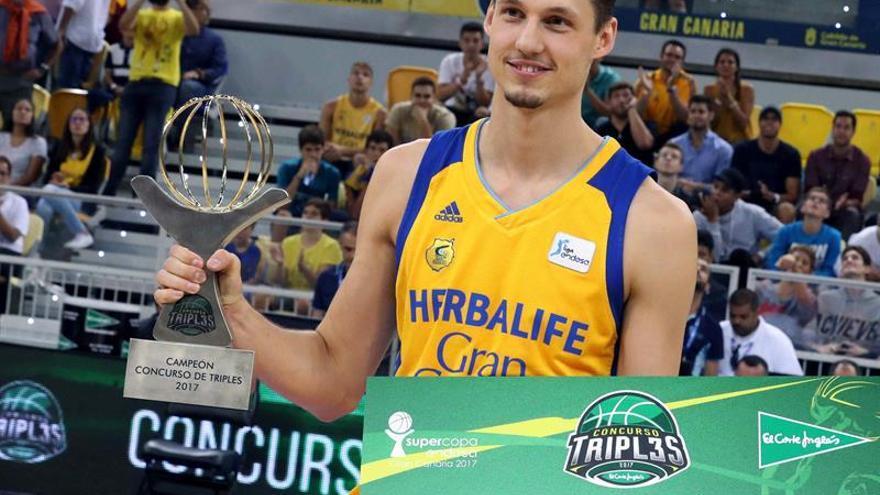 El alero del Herbalife Gran Canaria, Marcus Eriksson, tras recibir el trofeo que le acredita como ganador del concurso de triples