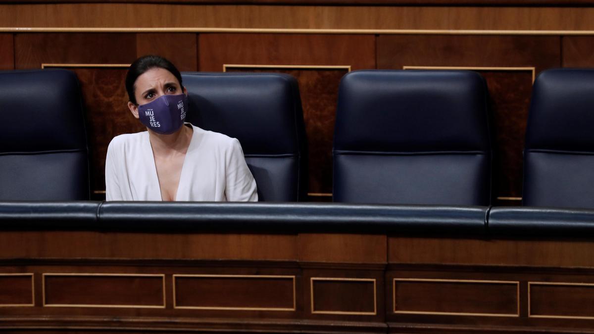 La ministra de Igualdad, Irene Montero, durante una sesióndecontrolal Ejecutivo en el Congreso. EFE/ Emilio Naranjo