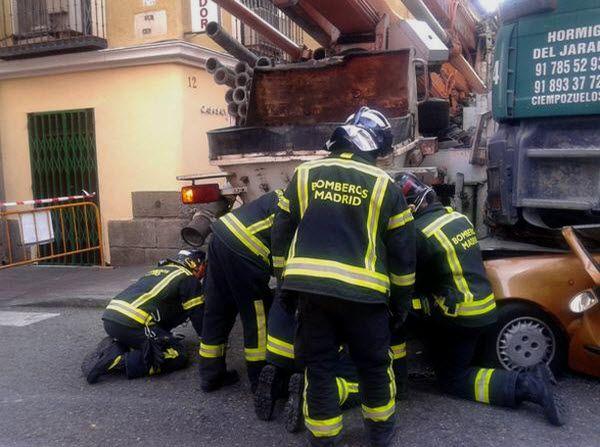 Los Bomberos de Madrid proceden a abrir hueco para acceder a la víctima | Emergencias Madrid