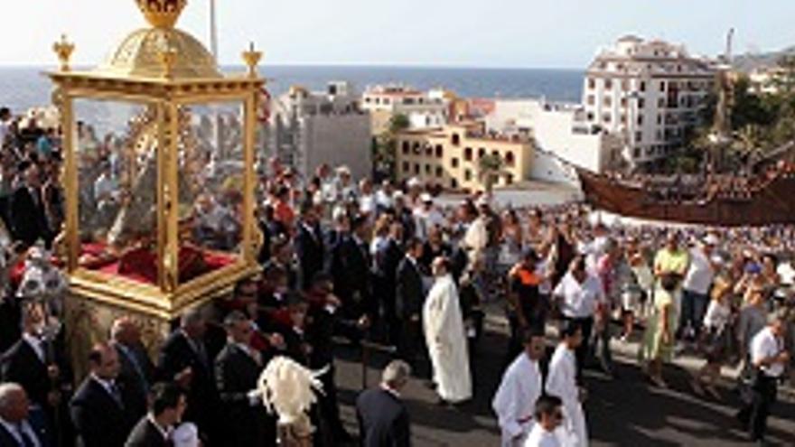 La Bajada de la Virgen llega al Parlamento de Canarias