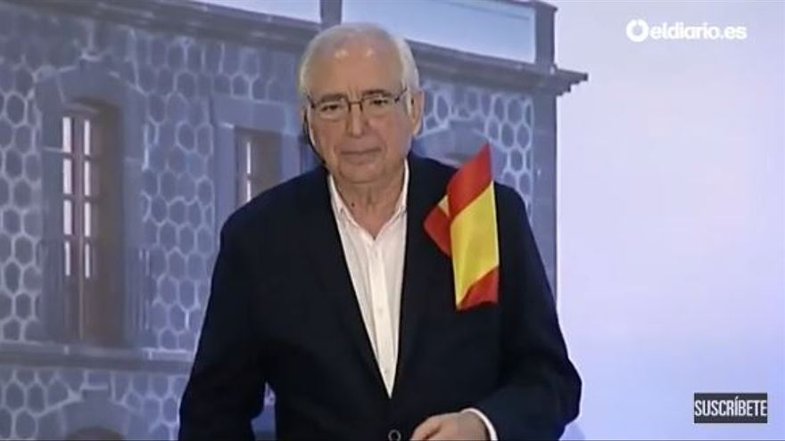 Juan José Imbroda con la bandera de España en el bolsillo