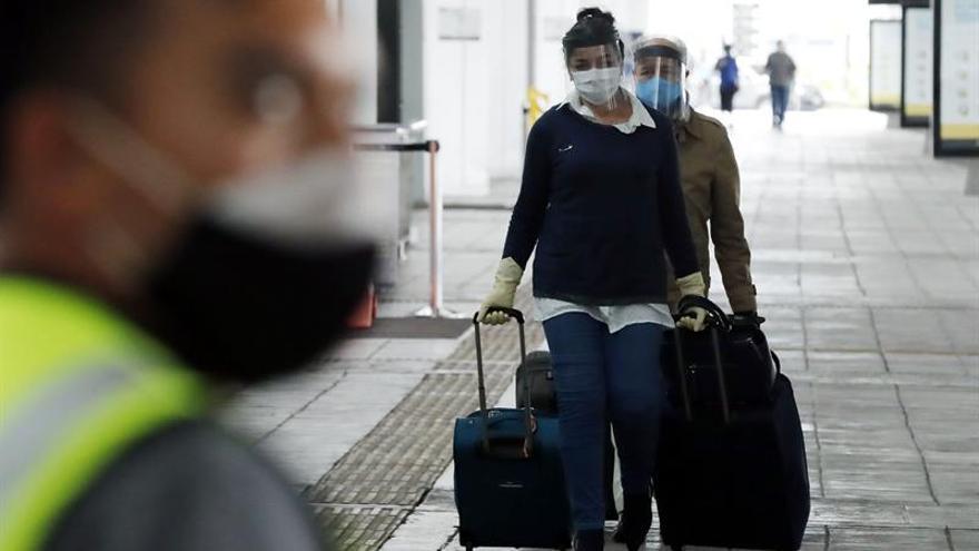 Ciudadanos españoles llegan al aeropuerto El Dorado para tomar un vuelo humanitario de regreso a su país este sábado en Bogotá (Colombia). Más de 300 españoles emprendieron este sábado el regreso a Madrid desde Bogotá en uno de los últimos vuelos de repatriación organizados por el Ministerio de Asuntos Exteriores, las embajadas y consulados por la pandemia de coronavirus.