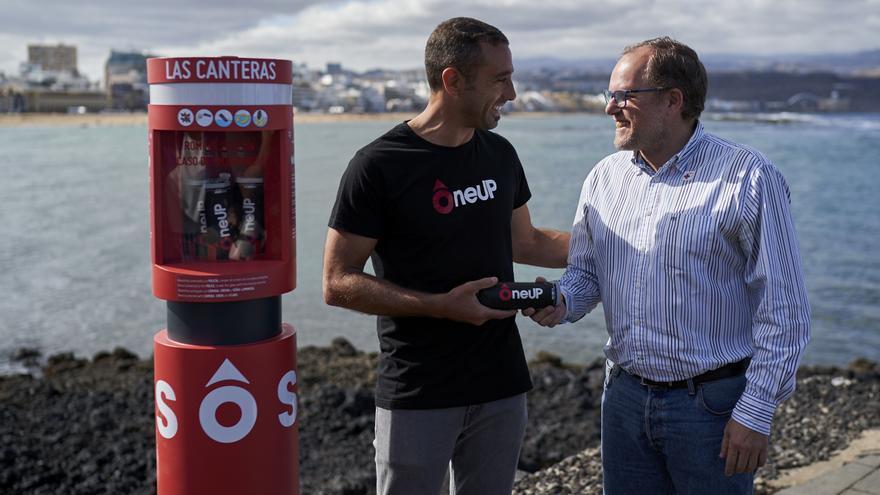 El concejal de Ciudad de Mar, José Eduardo Ramírez, junto a uno de los creadores de Oneup.