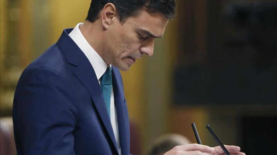 Sánchez pide a Rajoy que convoque al PSOE y a Mas para buscar soluciones