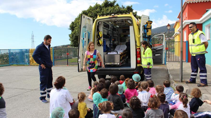 El enfermero y el técnico-conductor de la ambulancia sanitarizada del SUC han explicado a los alumnos en qué consiste su trabajo.