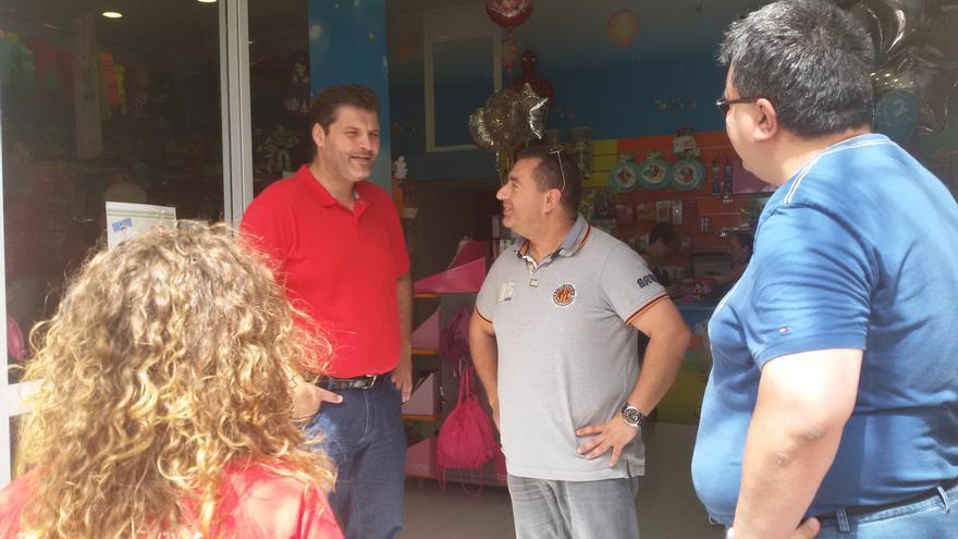 El candiadato del PSOE, José Ángel Martín, durante una de sus visitas electorales.