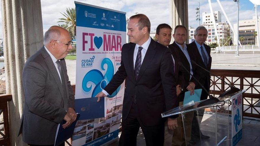 El alcalde de Las Palmas de Gran Canaria, Augusto Hidalgo (c), el presidente del Cabildo de Gran Canaria, Antonio Morales (i) y el presidente de la Autoridad Portuaria de Las Palmas, Luis Ybarra (d), durante la presentación hoy en rueda de prensa, de la Feria Internacional del Mar (Fimar) 2016.