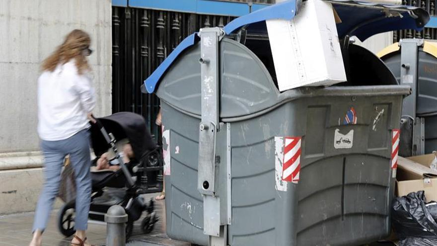 Rescatan con vida a un recién nacido de dentro de un contenedor en Valencia