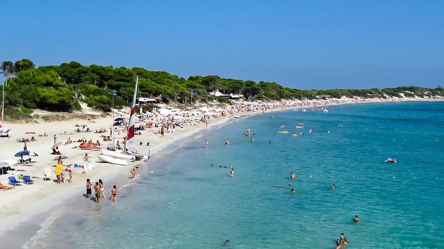La playa de Ses Salines ocupa el extremo sur de Ibiza.